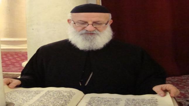 كاهن عراقي ينجز تقويما مفصلا لاعياد وتذكارات الكنيسة السريانية