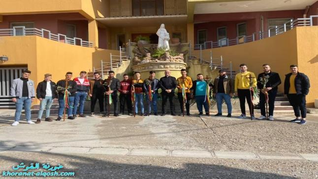 شباب كنيسة القوش يحملون الصليب للمنازل