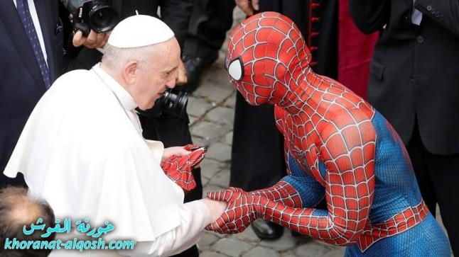 """بطل خارق"" يلتقي بابا الفاتيكان بزيّ سبايدرمان ويهديه قناعاً"