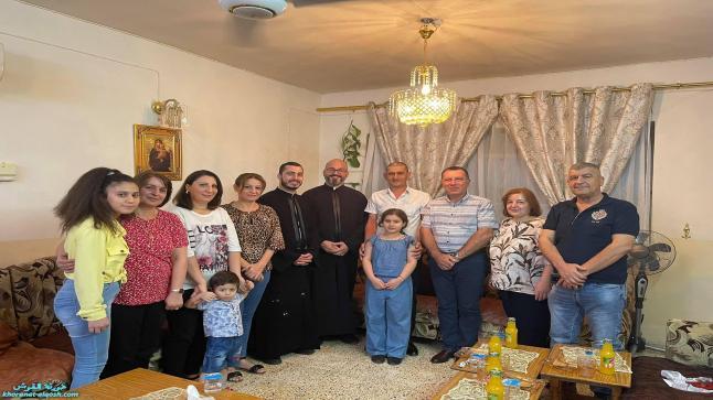 اللجنة الرعوية لكنيسة القوش تواصل زياراتها لعوائل البلدة